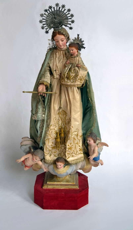 """3. Artista anónimo valenciano Virgen con el Niño, s. XX Imagen de vestir del tipo """"Cap y pota"""" Madera tallada y policromada, textil y metal"""