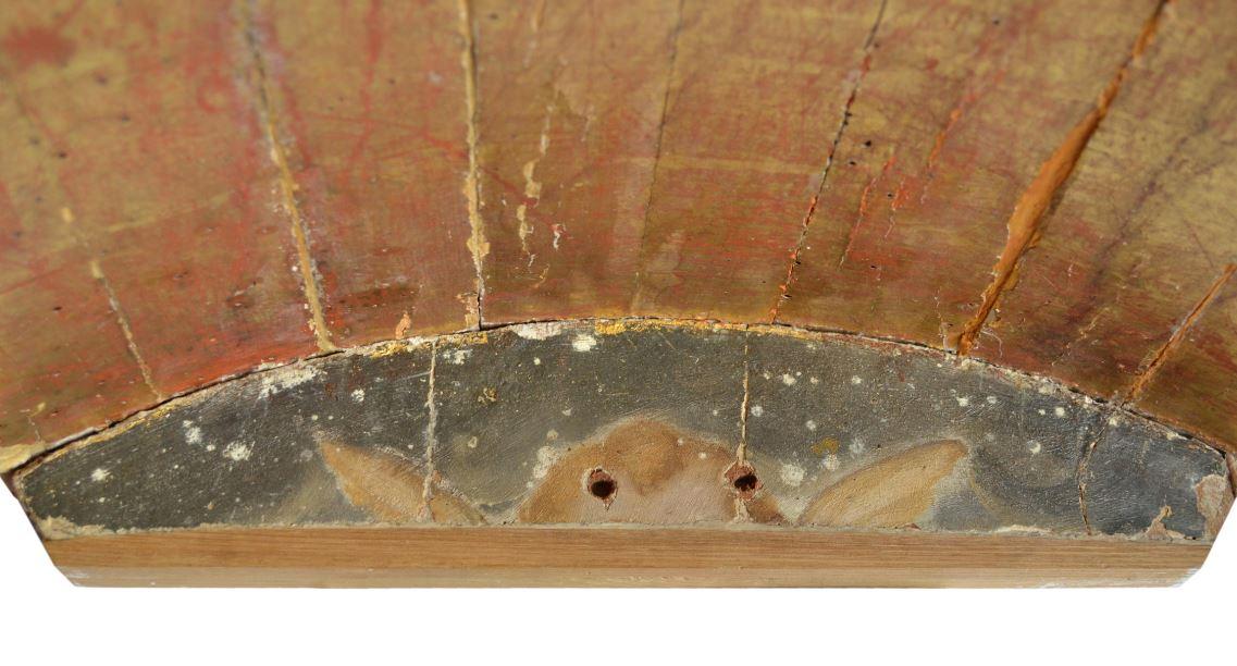 4b. Restos de policromía y dorado en la parte posterior de la tabla